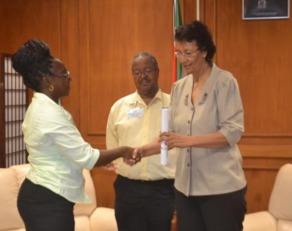 MZ biedt de 'declaratie van Paramaribo' aan aan de voorzitter van De Nationale Assemblee (DNA)