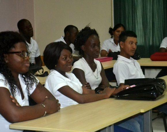 studenten-luisteren-aandachtig-toespraak-eve_resized