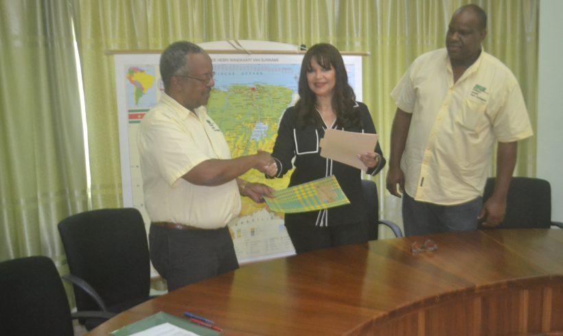 Newmont Suriname schenkt vaccinkoelkast aan poli's Oost Suriname