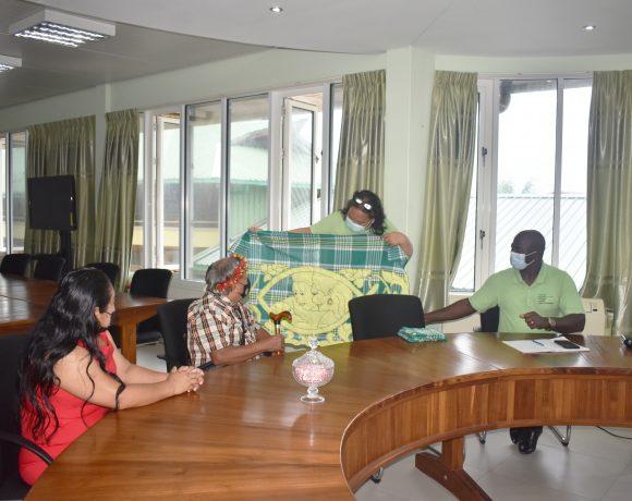 Granman Asongo oriënteert zich bij vaccinatie site Medische Zending (MZ)