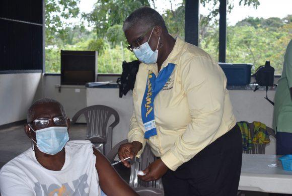 Medische Zending houdt eerste COVID-19 vaccinatie activiteit te Boven Suriname